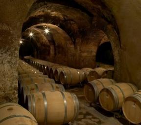 Bodega subterranea donde se envejece el vino en las barricas